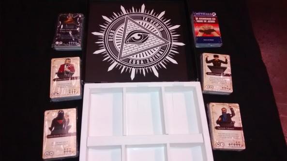 O Interior da caixa e os espaços para todas as cartas deste lançamento
